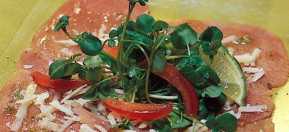 Carpaccio på rökt tonfisk med lime och parmesan