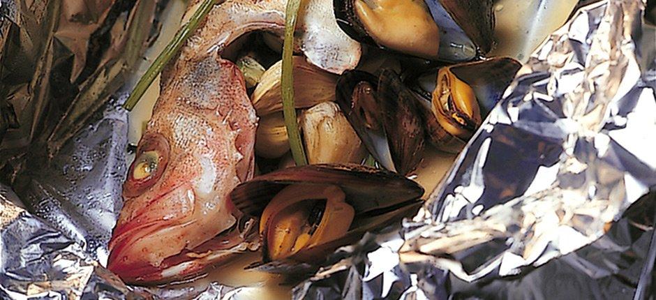 Ugnsbakad fisk med vitlök och musslor
