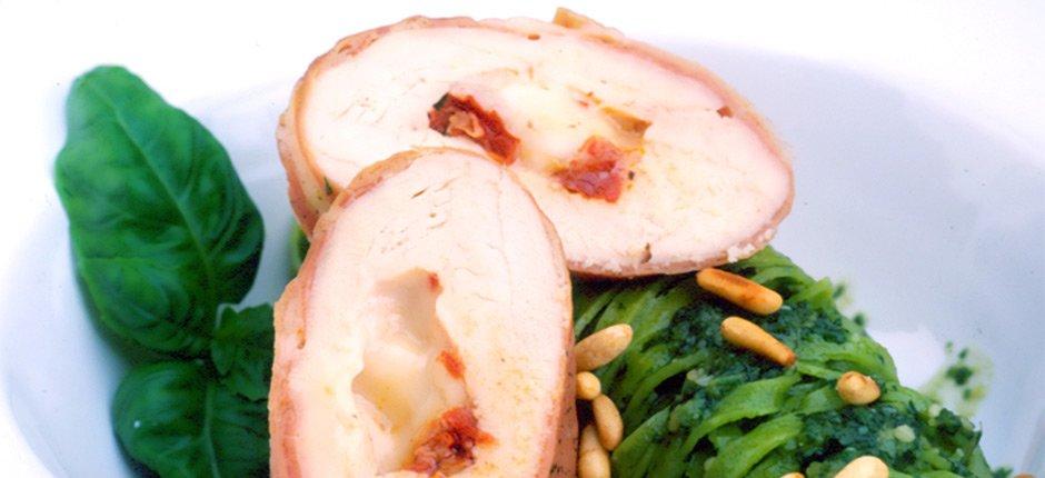 Taleggiofylld kyckling med parmaskinka och pasta pesto