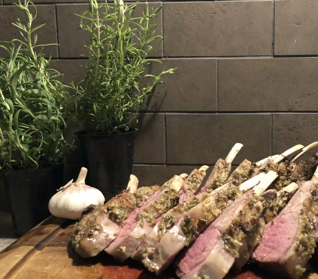 Recept på Rödvinsglacerat lammrack med ugnsbakade grönsaker