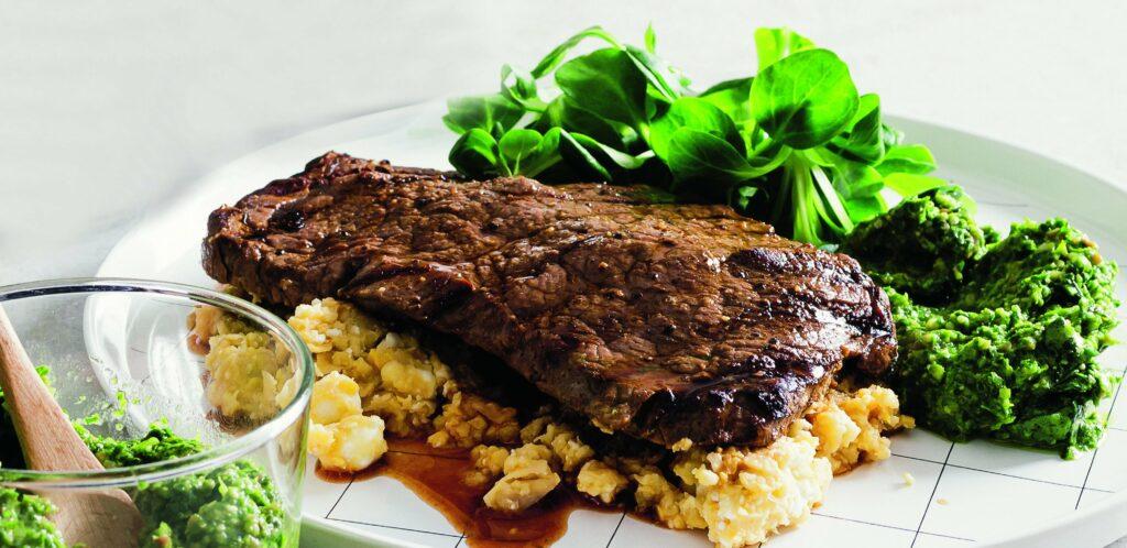Recept på Flankstek med ramslökspesto, kikärter och fetaoströra