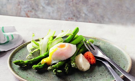 Recept på Sparris med pocherat ägg, löjrom och crème fraiche