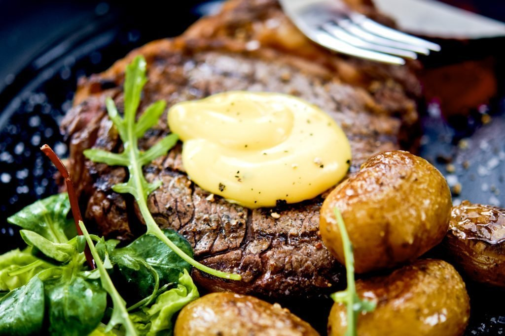 Recept på klassisk grillad entrecôte med potatis och krämig ivöksdressing.