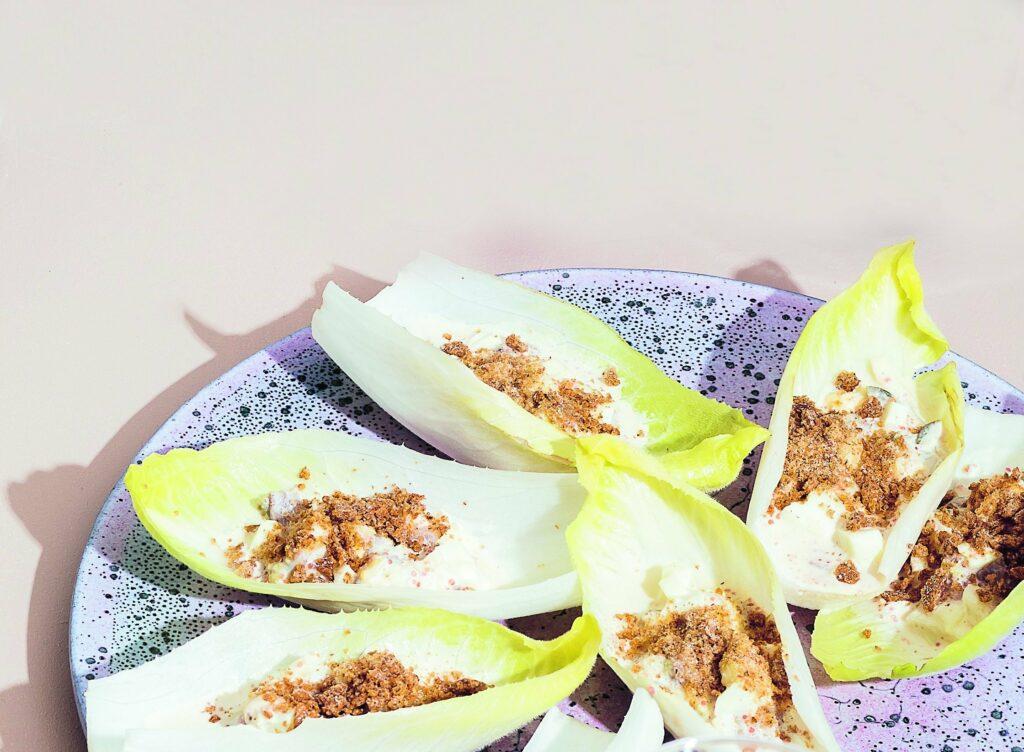Recept på Endive med sill, äggröra och inlagd rödlök