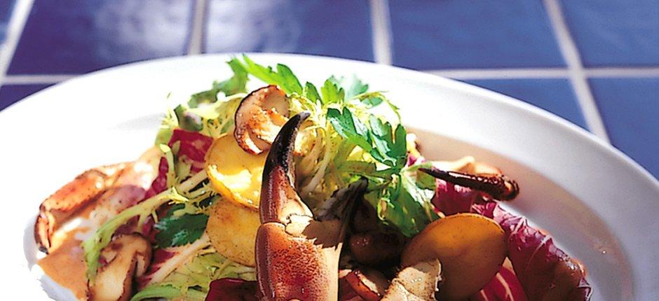 Krabbsallad med karljohan svamp och mandelpotatis