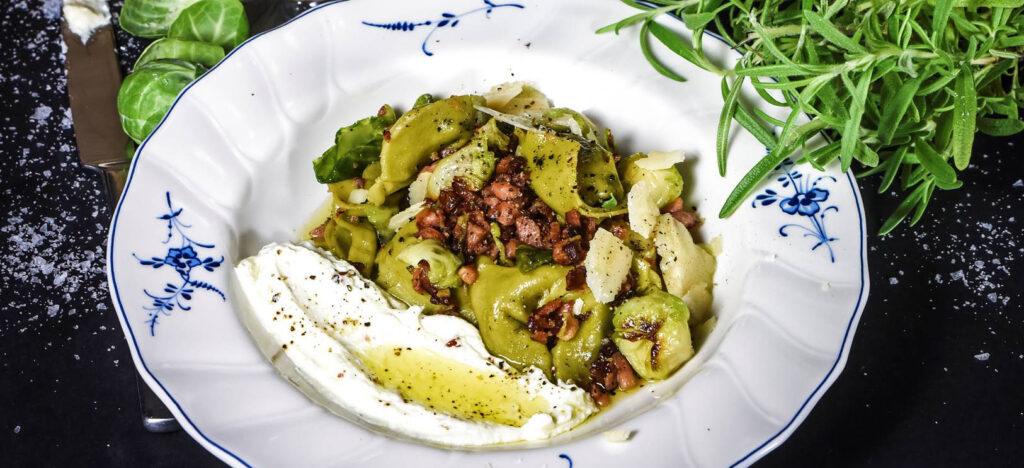 Recept på Spenat- och ricottafylld tortellini med tellicherrykorv, brysselkål och parmesan. Foto: Livets Goda